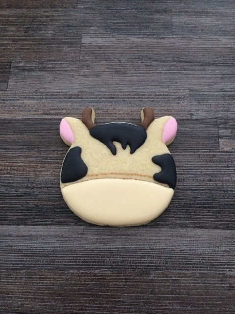 On colore les taches et le museau du biscuit décoré vache